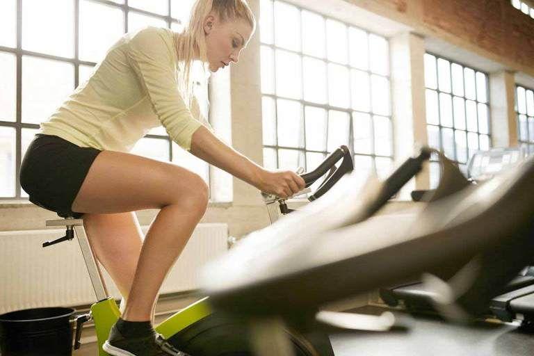 Vélo d'exercice vs elliptique pour perdre du poids